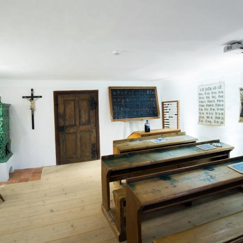 Klassenzimmer, Stille-Nacht-Museum, Arnsdorf, Alte Sitzbänke, Tafel