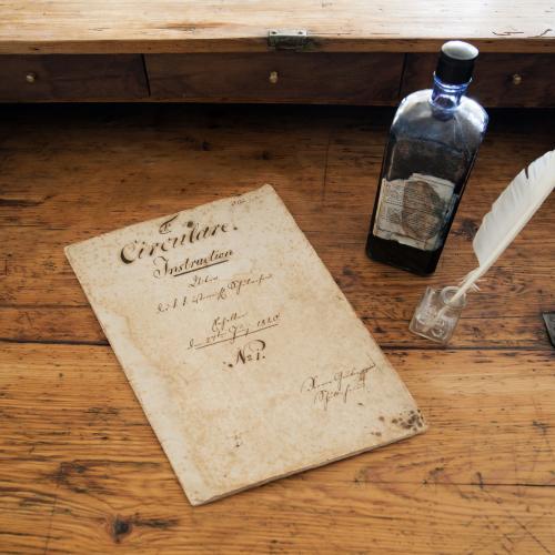 Alter Tisch, Schreibfeder, Feder, Tinte, Papier