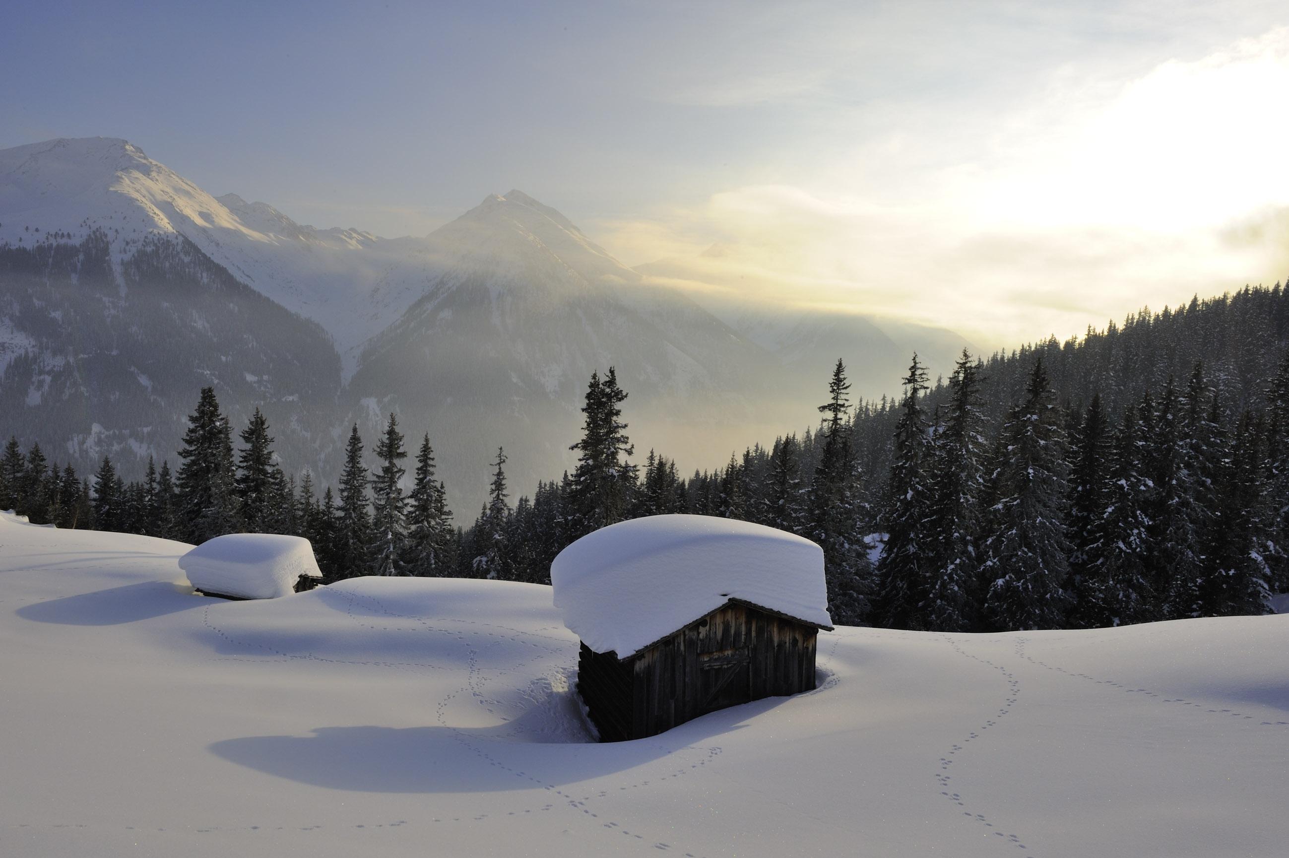Il bianco manto dell'inverno tirolese a Kappl, casupola tra i monti con tanta neve sul tetto