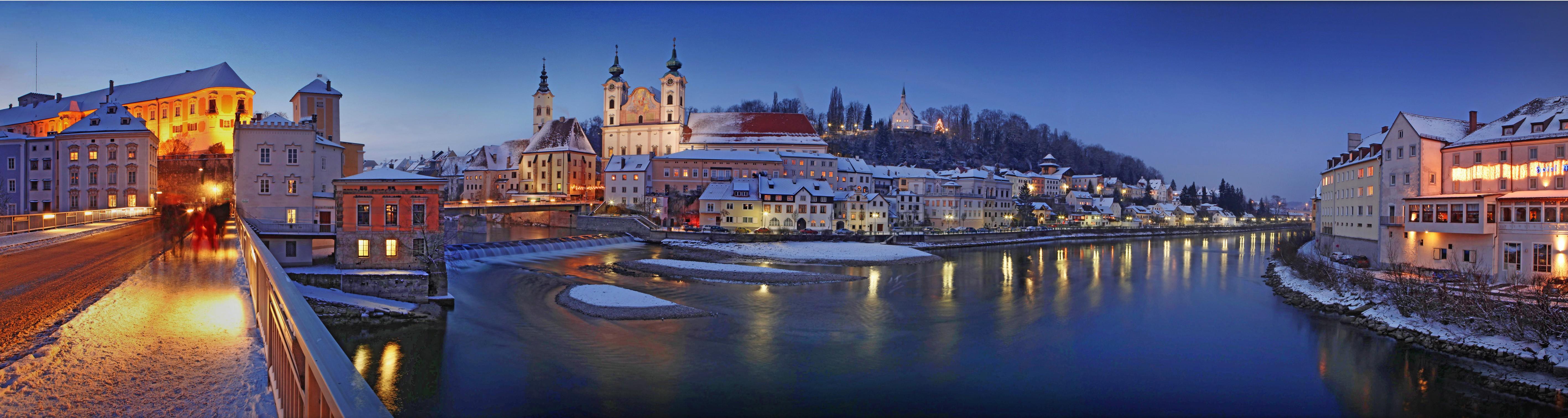 Avvento a Steyr: il centro storico sul fiume con la neve