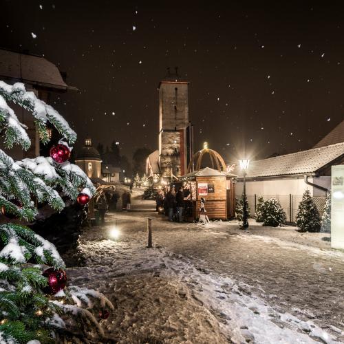 Nachtstimmung, verschneiter Stille-Nacht-Platz in Oberndorf, Schweinwerferlicht