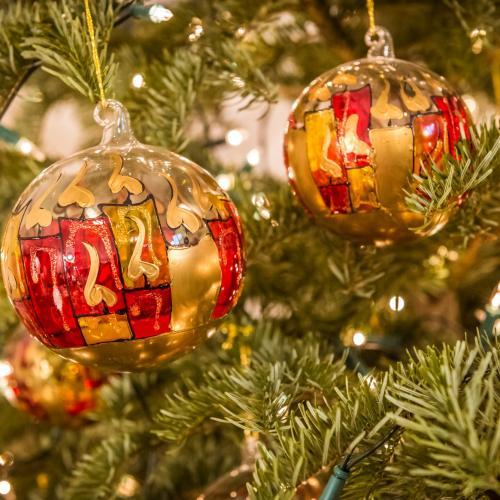Tre palle colorate sull'albero di Natale