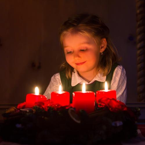 Kind vor Adventkranz, Kerzenschein