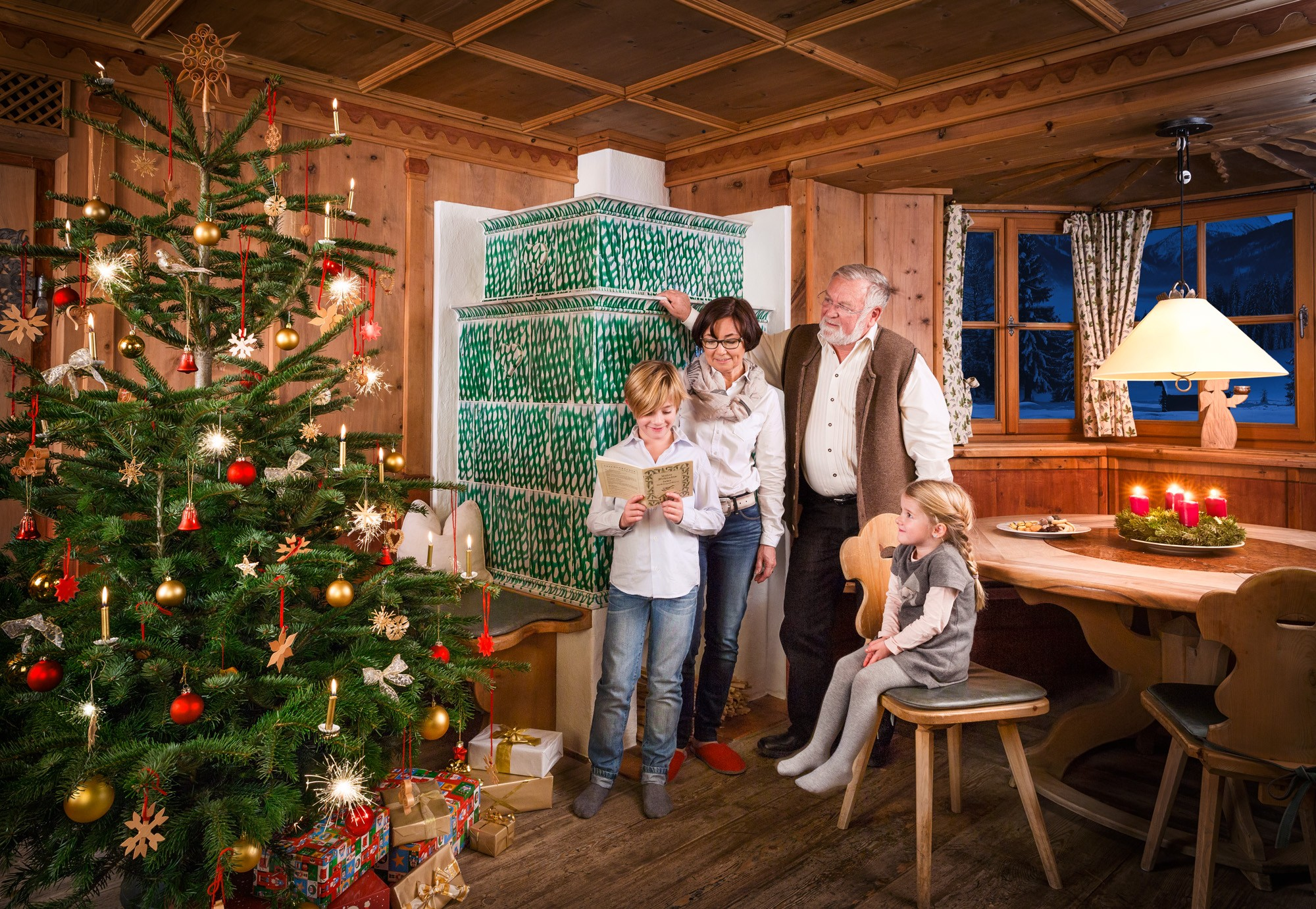 "Family singing ""Silent Night"" under the christmas tree © SalzburgerLand Tourismus, Weihnachten"