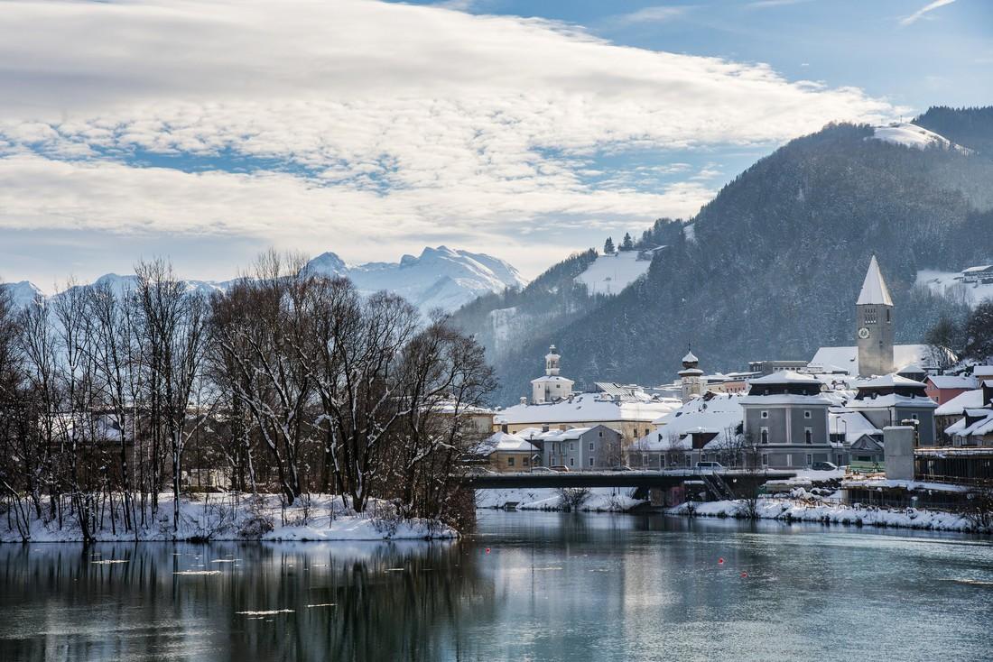 Hallein sul fiume Salzach con la neve e i monti sullo sfondo