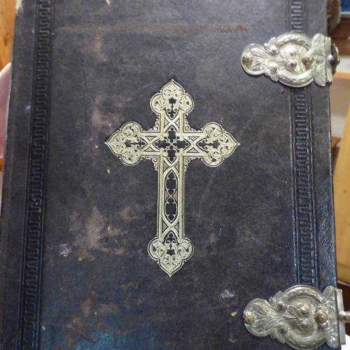Antico messale nero con croce