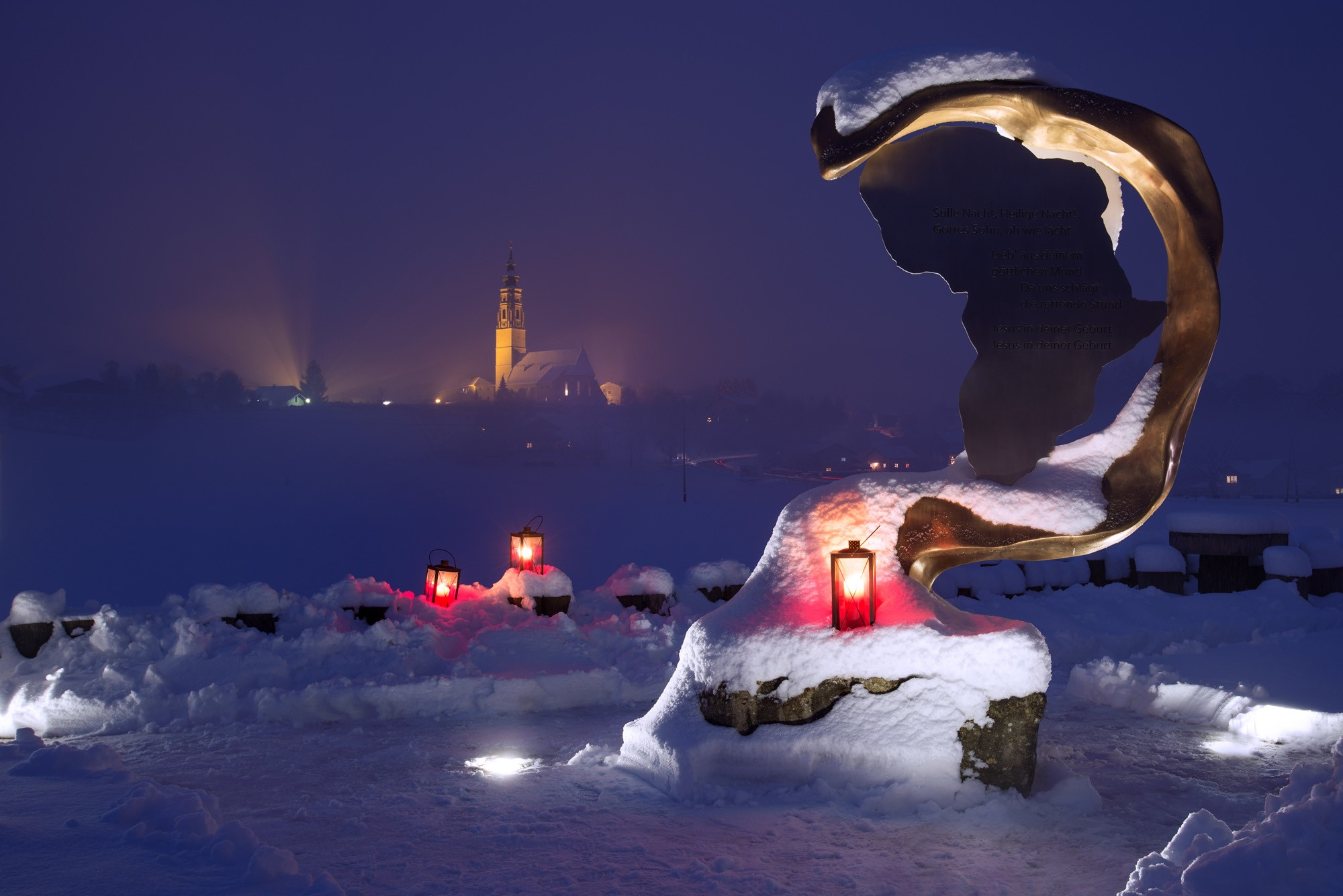 Verschneite Landschaft, Nachtstimmung, Kerze, Kirche im Hintergrund