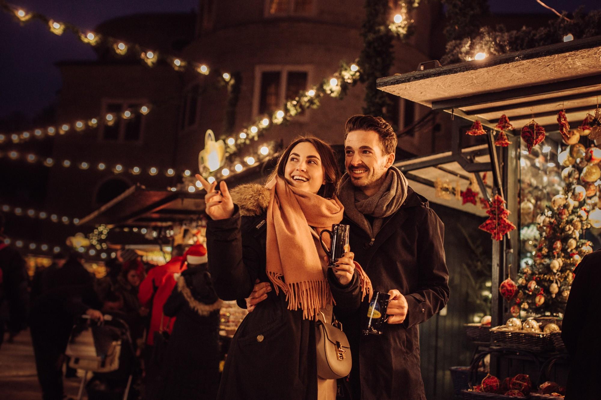 Weihnachtsmarkt, Nachtstimmung, Pärchen, Lichterketten