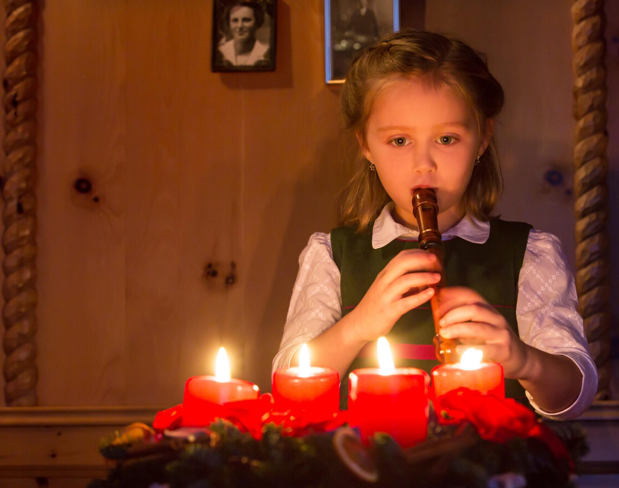 Flötenspielerin, Kind, Adventkranz, Kerzenschein, musizieren
