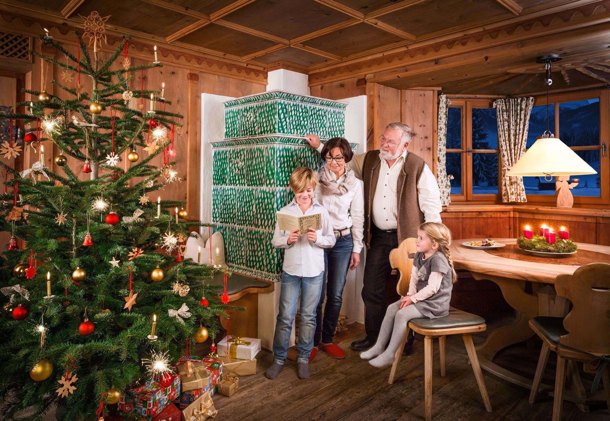 Familie, Kachelofen, Christbaum Holzstube