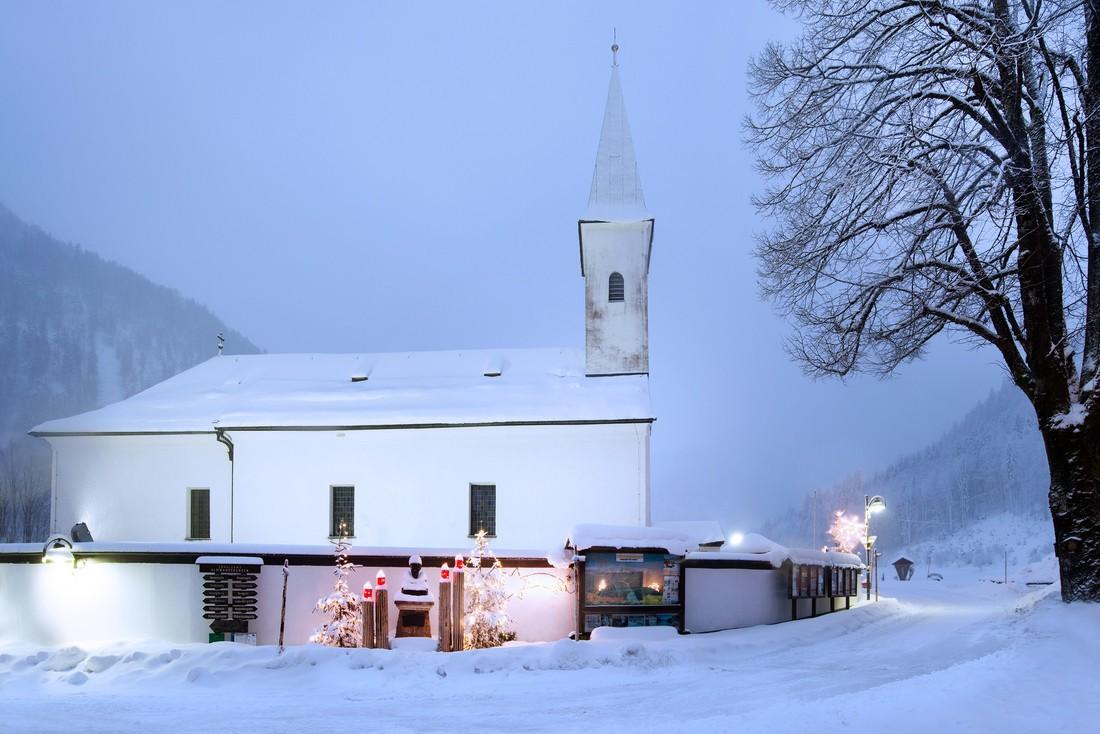 La chiesa di Hintersee, bianca e ammantata di neve