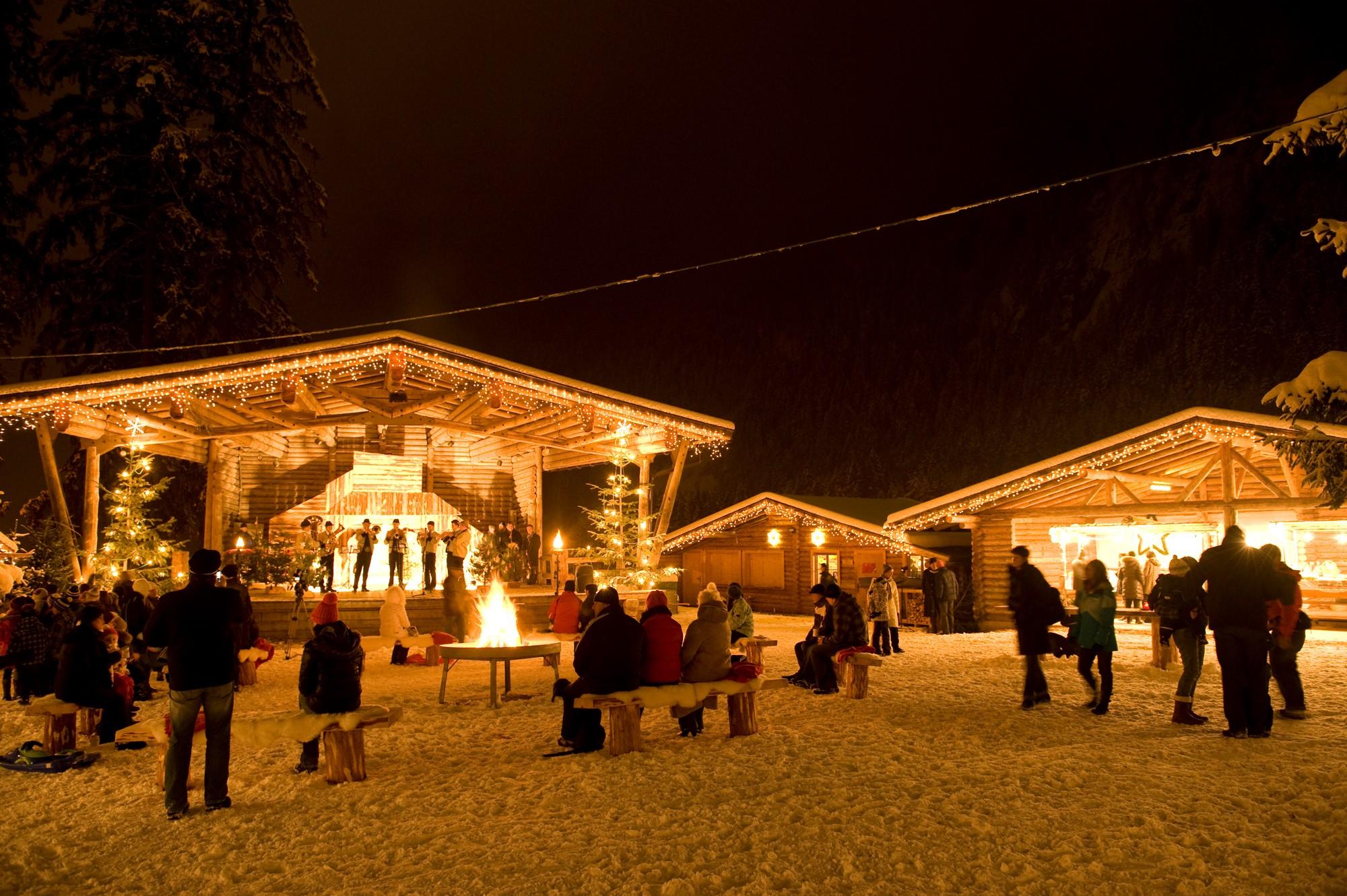 Mercatino di Natale a Hippach, cantori sul palco e pubblico che assiste