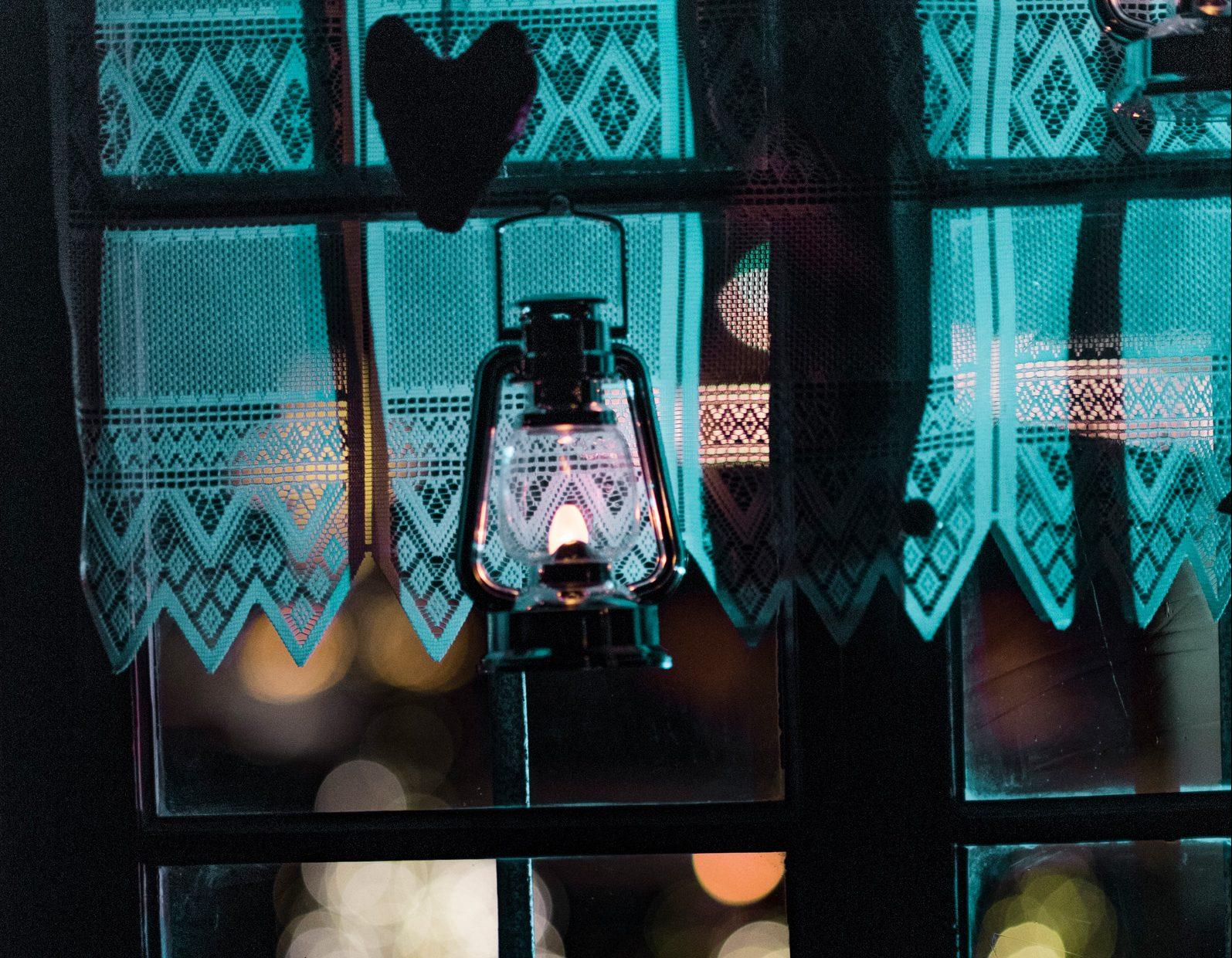Mystisch, Laterne vor Fenster