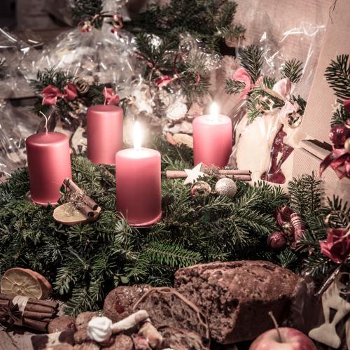 Adventkranz, Kerzenschein, Kletzenbrot, Kekse