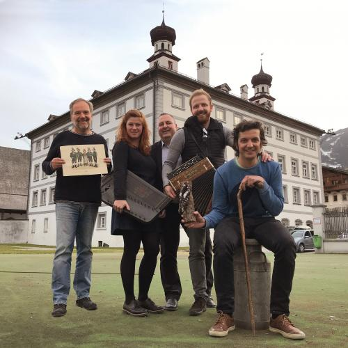 © Martin_Reiter: Hannes Pramstraller, Sandra Hupfauf, Martin Reiter, Tobias Reitmeier and Stefan Lechner (from left to right) are still busy with the design of the exhibition at Fügen Castle.